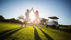 Couple jouant au golf